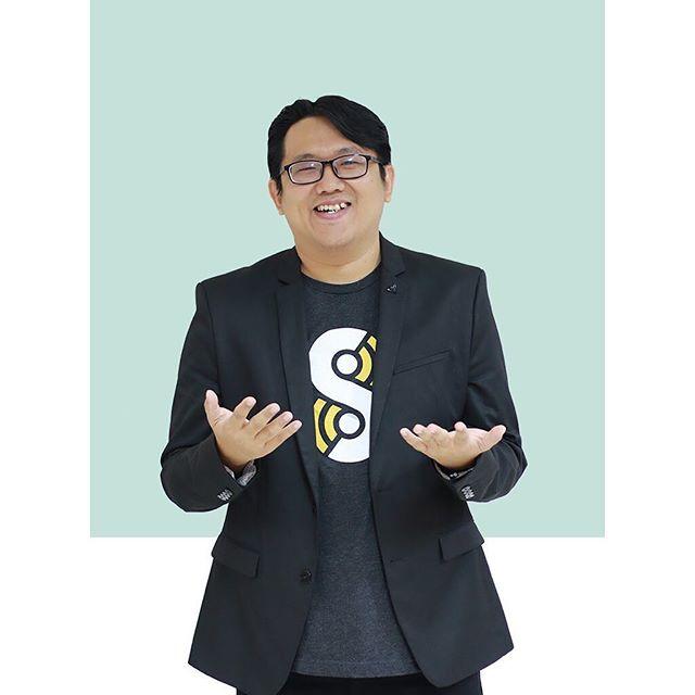 Sebagai pemimpin di UCEO/CE, Eric bertanggung jawab untuk menentukan visi, misi, dan arahan dari organisasi; berdasarkan amanat dari Bapak Ciputra yang ingin menyebarluaskan entrepreneurship bagi seluruh bangsa Indonesia, di manapun mereka berada. Terkadang, Eric juga menjadi Subject Matter Expert (narasumber) untuk beberapa kuliah yang mengajarkan Entrepreneurship dan Digital Marketing. . Jika Anda ingin mendapatkan berbagai tips tentang Entrepreneurship dan Digital Marketing, jangan ragu untuk follow akun Instagram Eric di @epramono. . #ciputraentrepreneurship #ciputrauceo #ucpeople #meettheteam #behindthescenes