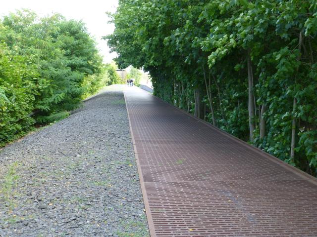 Imagen 6. Vista general de las placas conmemorativas de las deportaciones a ambos lados de las vías del Gleis 17
