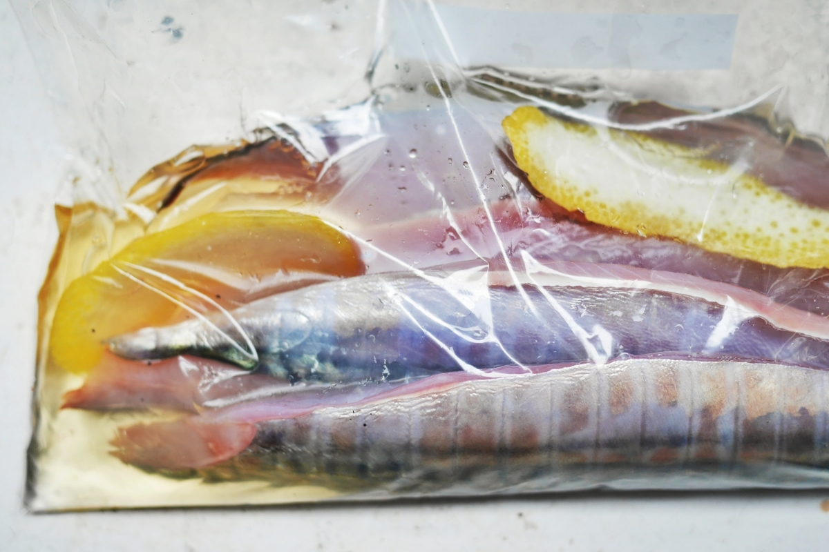 Squeeze the air out of the ziplock bag and you'll need much less vinegar than you would using a dish.