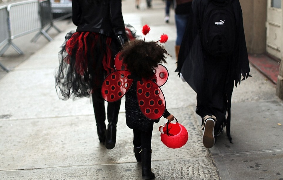 2DFD938E00000578-3298515-A_child_walks_down_a_street_in_a_Halloween_costume_as_she_and_he-a-13_1446340890748.jpg