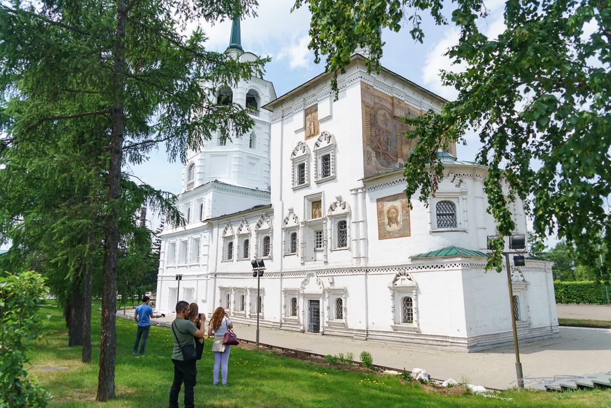 Spasskaya Tserkov, with its distinctive outdoor icons