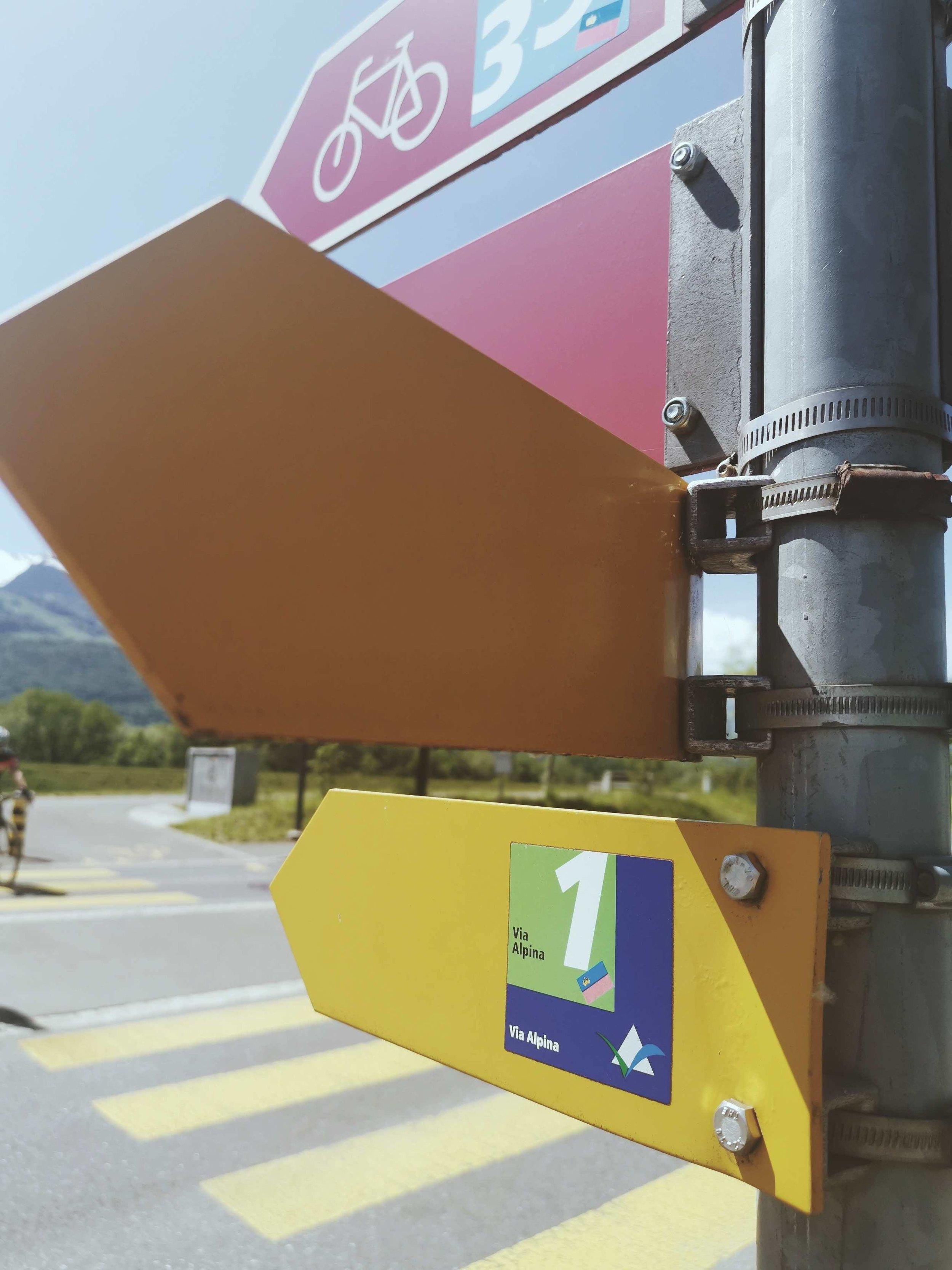 Wegweiser der Via Alpina: #1