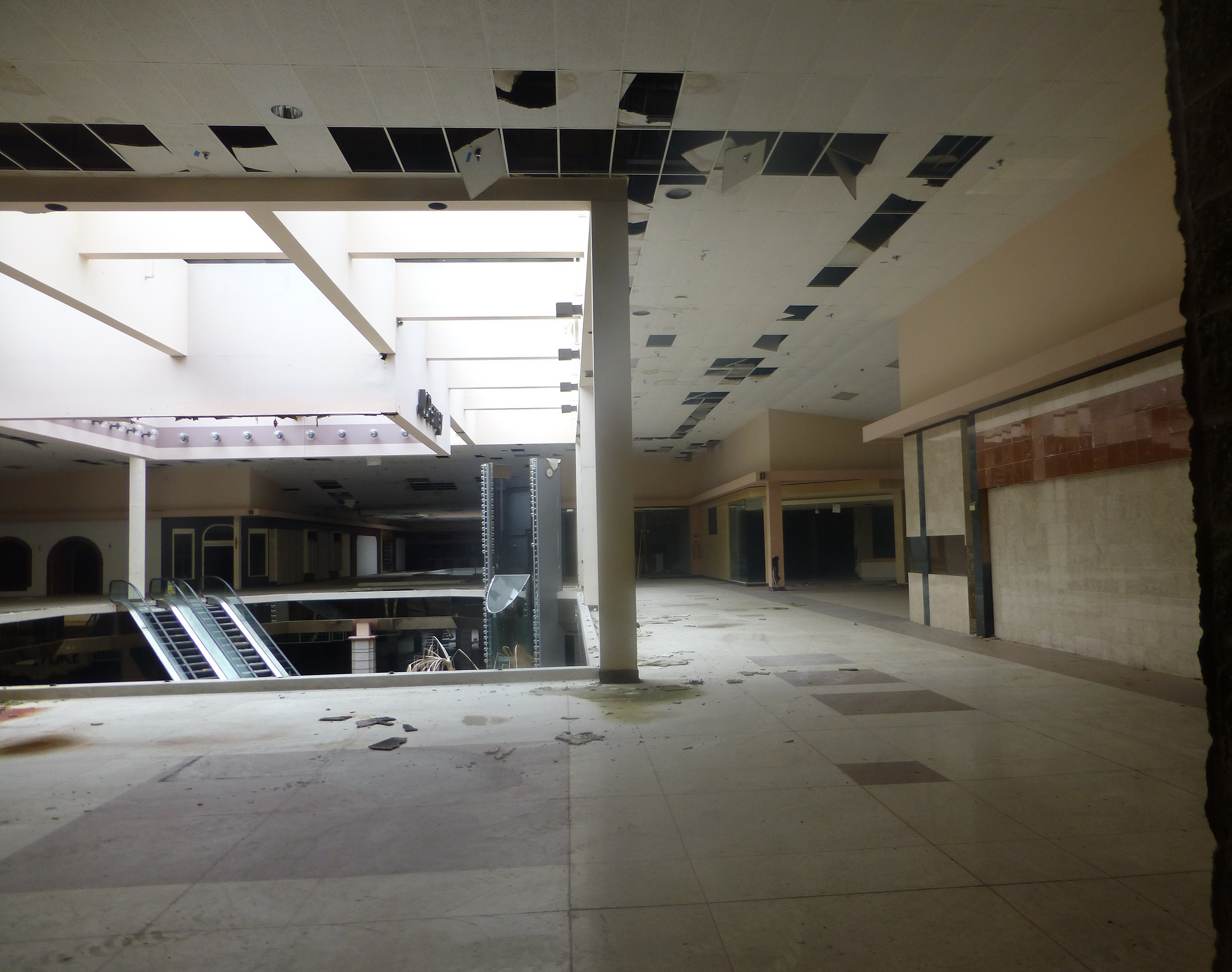 Rolling Acres  abandoned mall interior, Akron, Ohio. Flickr/  Nicholas Eckhart , used under  CC BY .