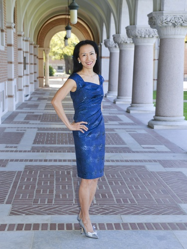 Y. Ping Sun, wife of Rice University president David Leebron, featured in a stylish short sleeve blue drees.