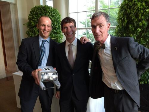 我們電影中的訪談者,Eric and David from OpenROV,在去年的白宮 Maker Faire, 與名人Bill Nye合照。