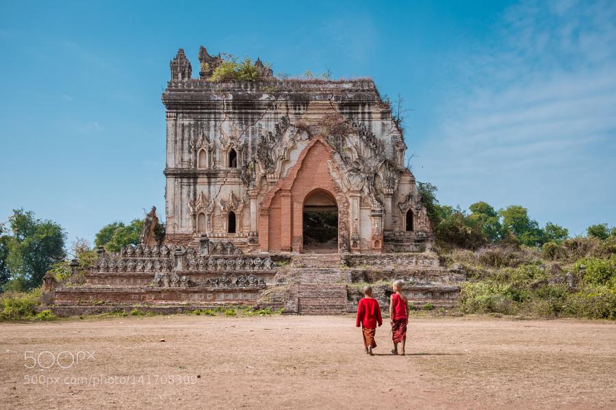 缅甸因瓦古城 两个年幼的小和尚走向历经千年风霜的佛塔