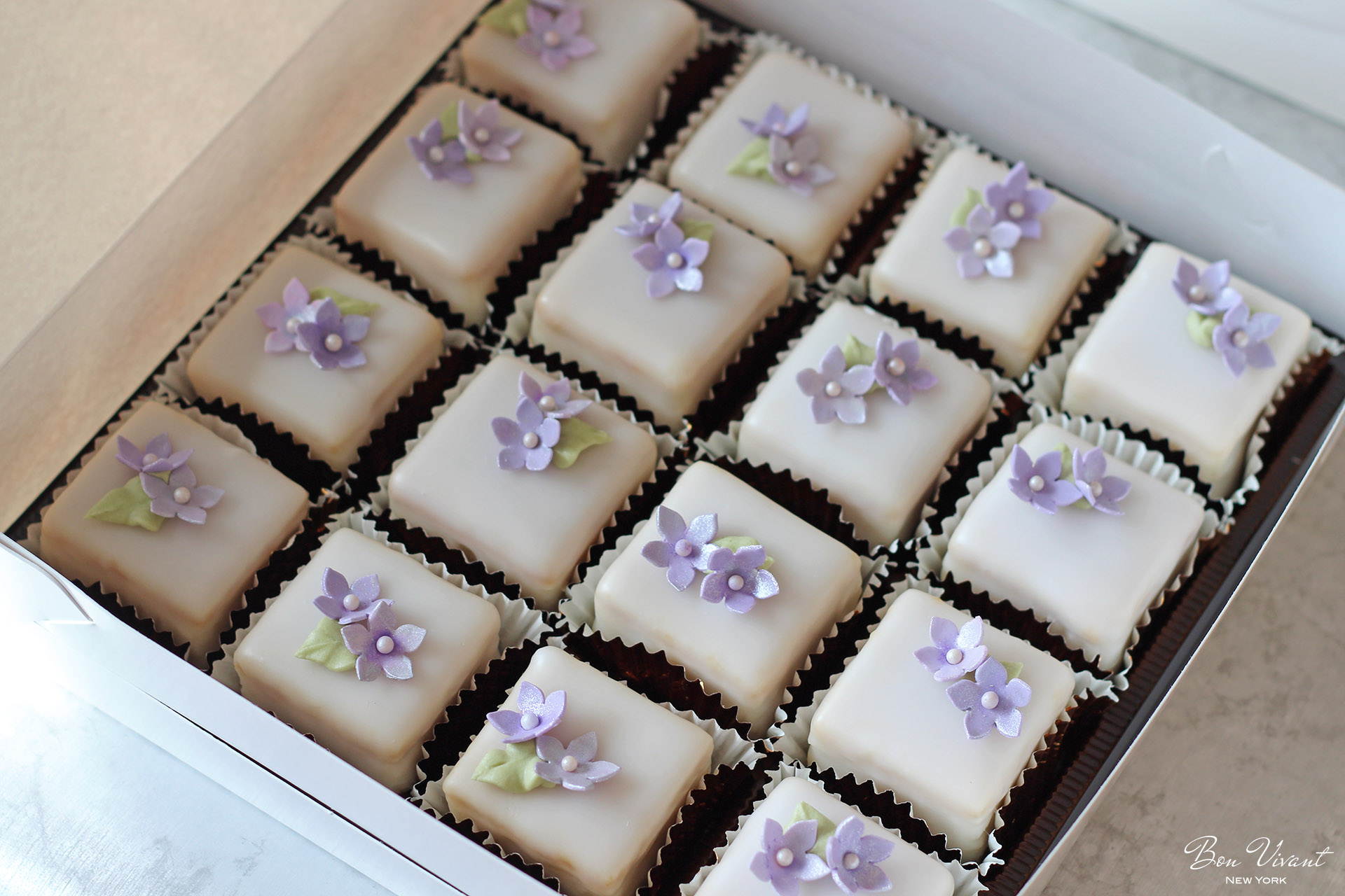 Petit cakes with lavender flower and leaf design