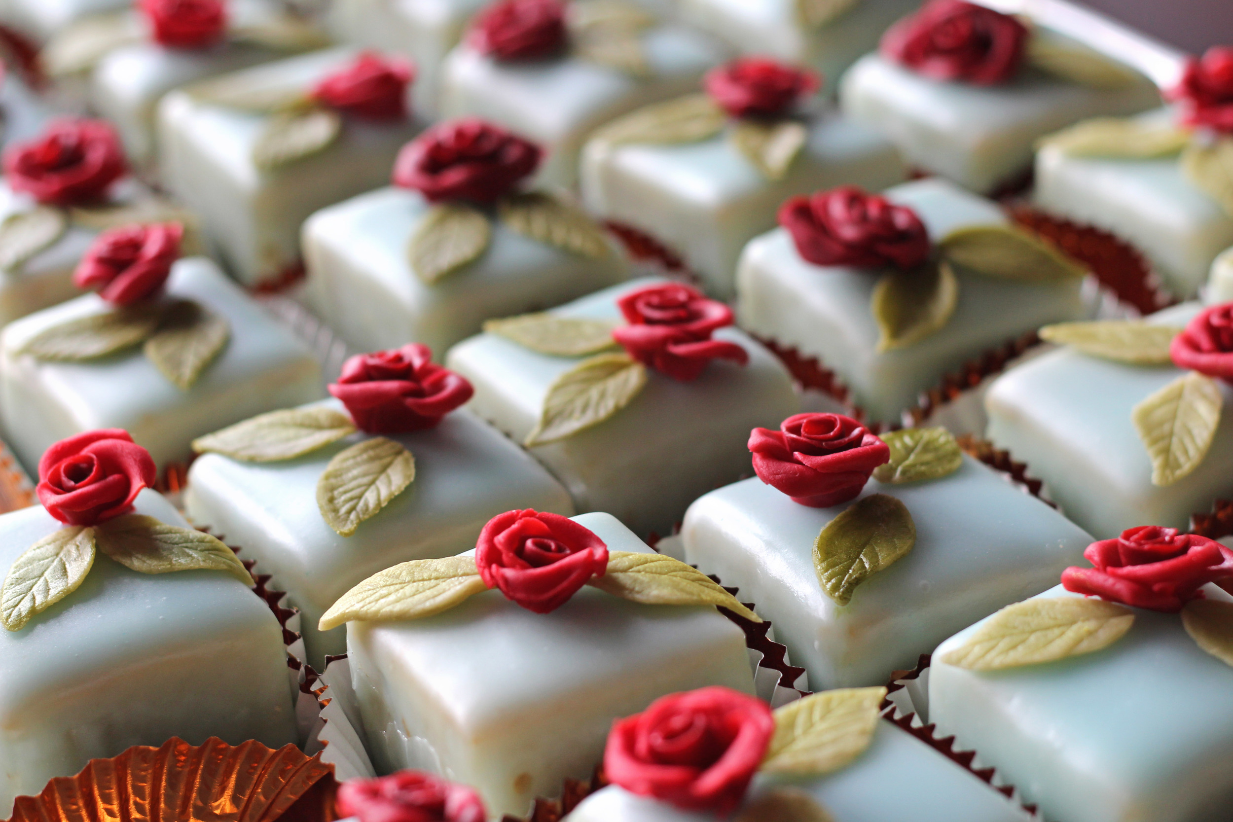 Petit cakes with miniature rose designs
