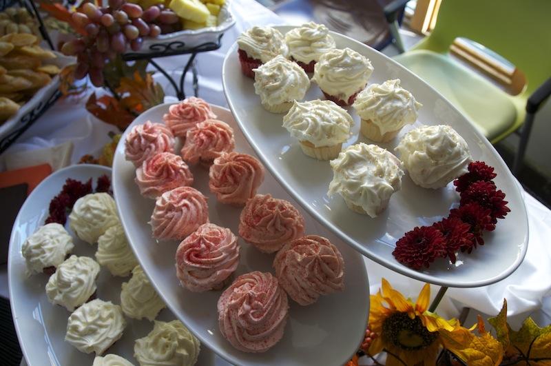 Red velvet and vanilla cupcakes.