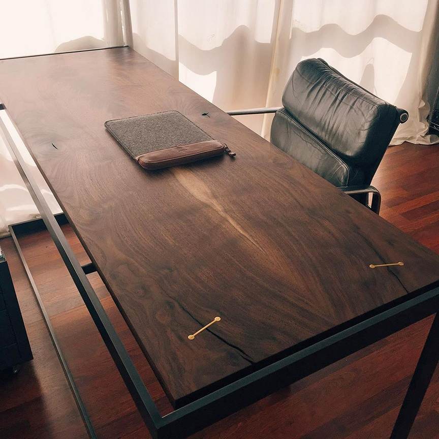 Furniture / suspended desk