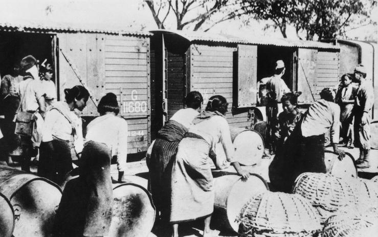 Women labourers unloading petrol at the Burma-Thailand railway in 1942, Photo courtesy: Kevin Blackburn and Australian War Memorial, Canberra