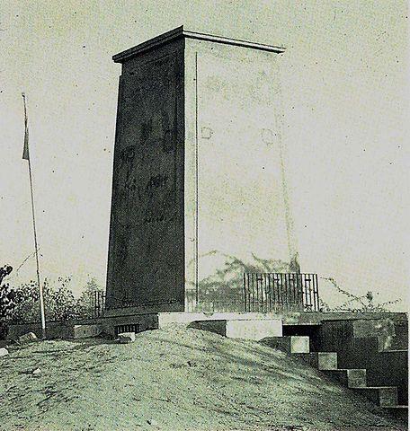 "Cenotaph commemorating the 1730 AD massacre,  Courtesy : ""Cenotaph of Khejarli"" by I, LRBurdak. Licensed under CC BY-SA 3.0 via Wikimedia Commons"