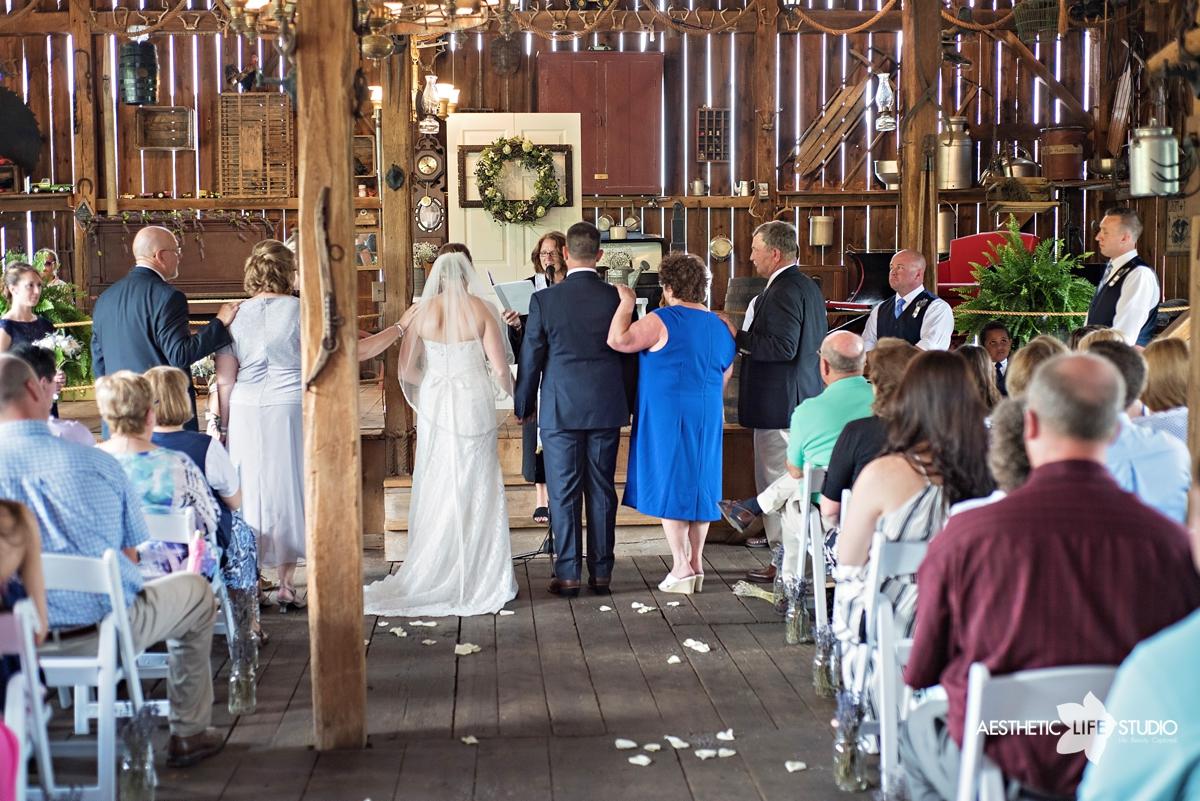 rustic_barn_wedding_047.jpg