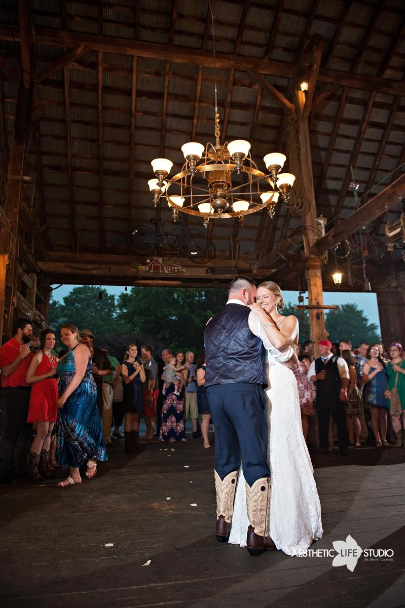 rustic_barn_wedding_089.jpg