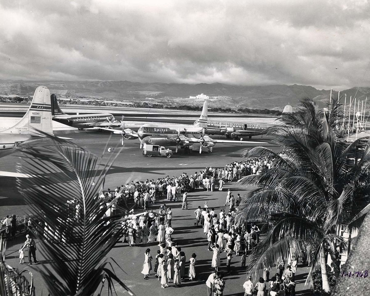 Early evening rush hour at the Overseas Terminal in Honolulu. (Photo courtesy of the Hawaii Aviation Archive at www.hawaii.gov)