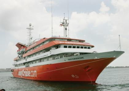 No wonder EasyCruise went out of business. With those colors, how did you sleep at night?