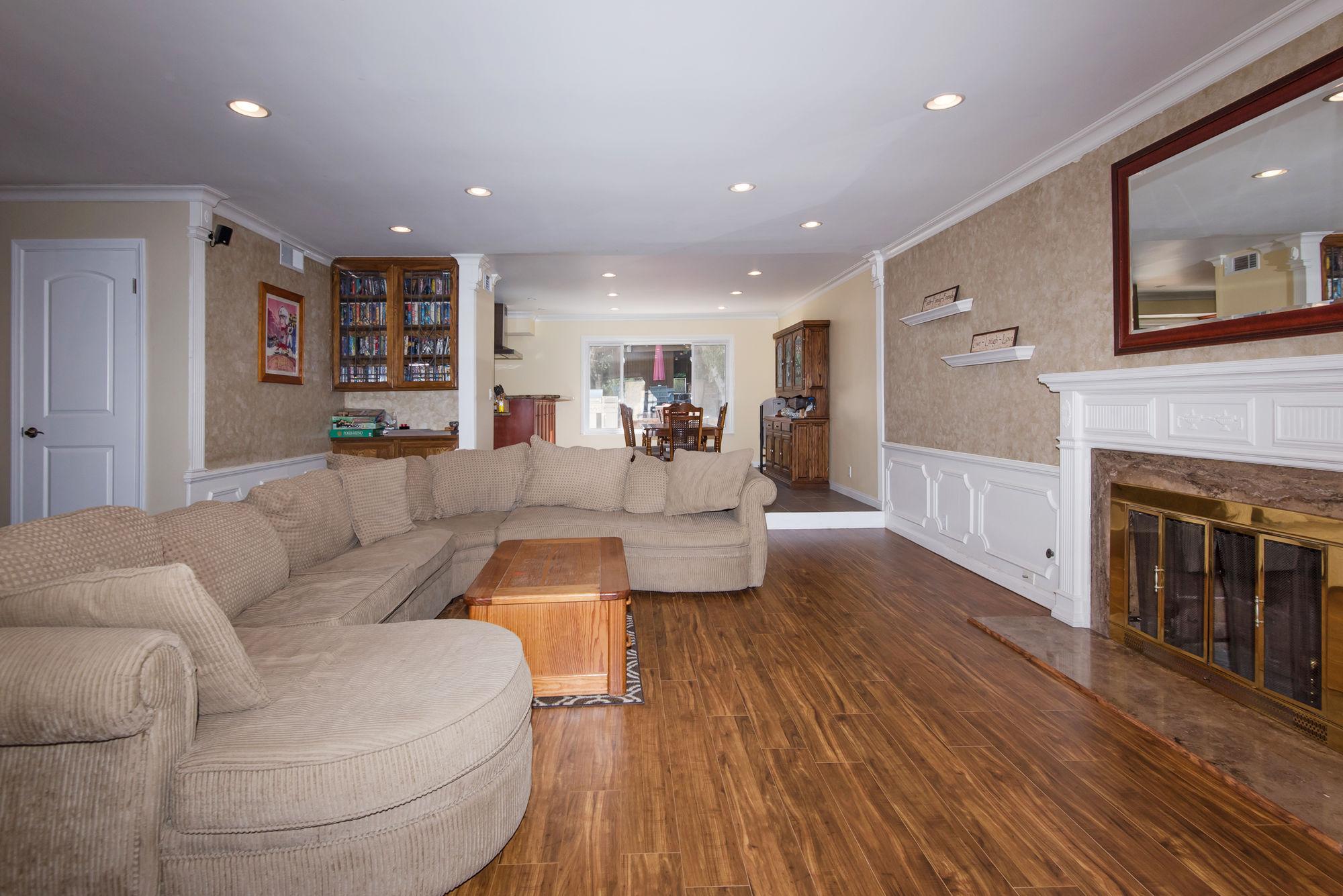 2000px-Livingroom_B.jpg