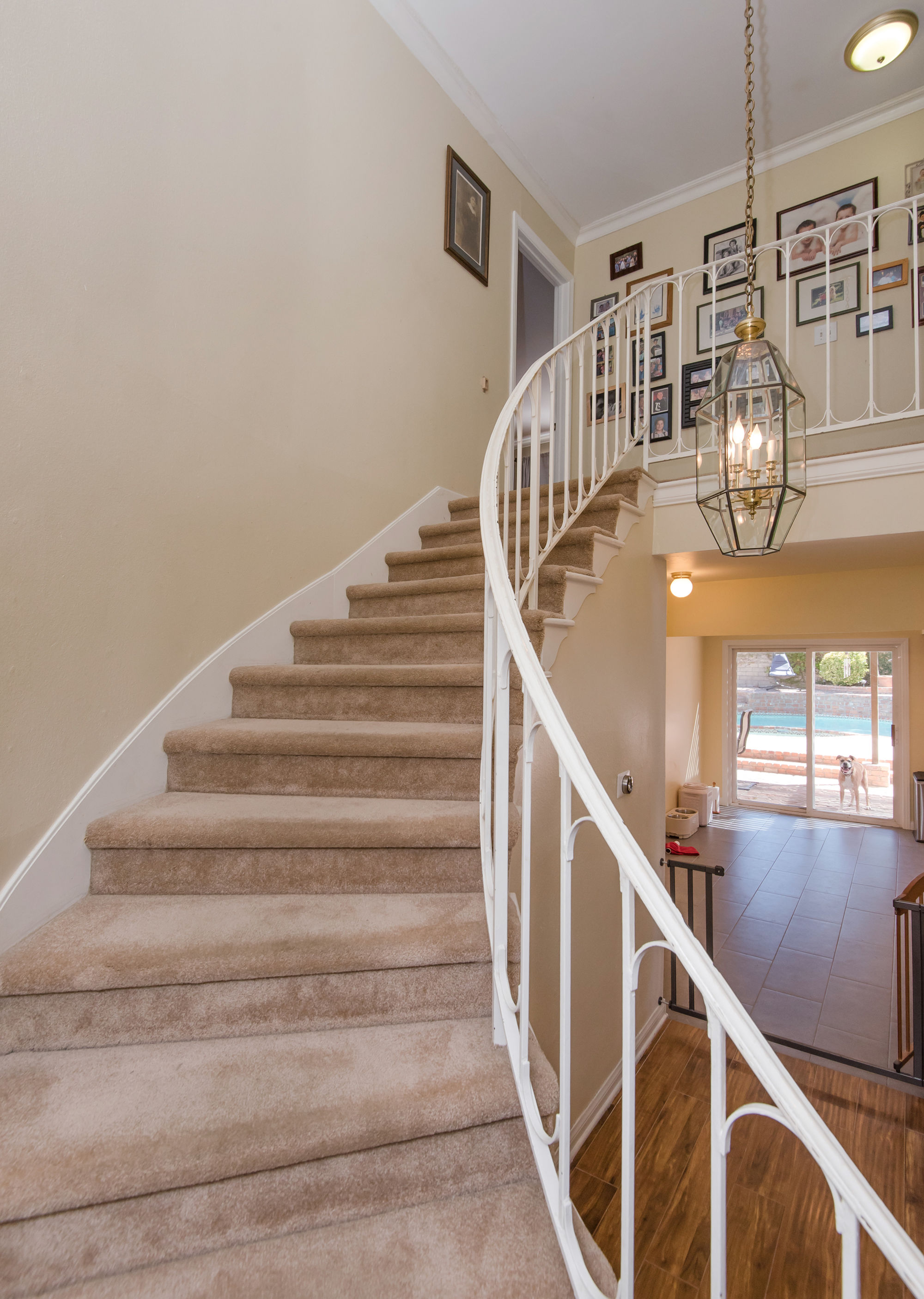 2000px-Stairwell.jpg