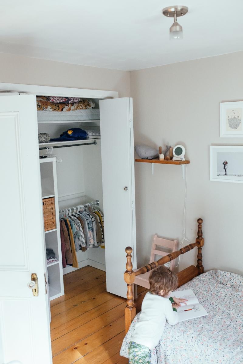 Une garde-robe minimaliste pour 3 enfants, ça simplifie grandement la vie.