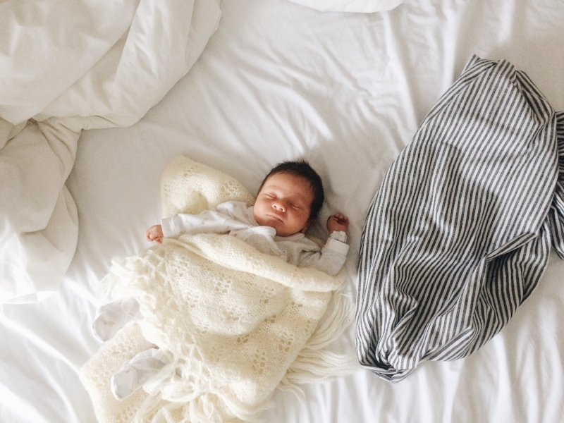 Un petit lit en bois prêté par ma soeur, une tuque tricoté par ma belle-mère, des petits bottillons tricotés par une amie 2.0 et une couverture chaude tricotée par ma grand-mère, il y a plus de 60 ans. Dans la simplicité, oui, mais aussi dans le seconde main, fait main et le beau et doux.