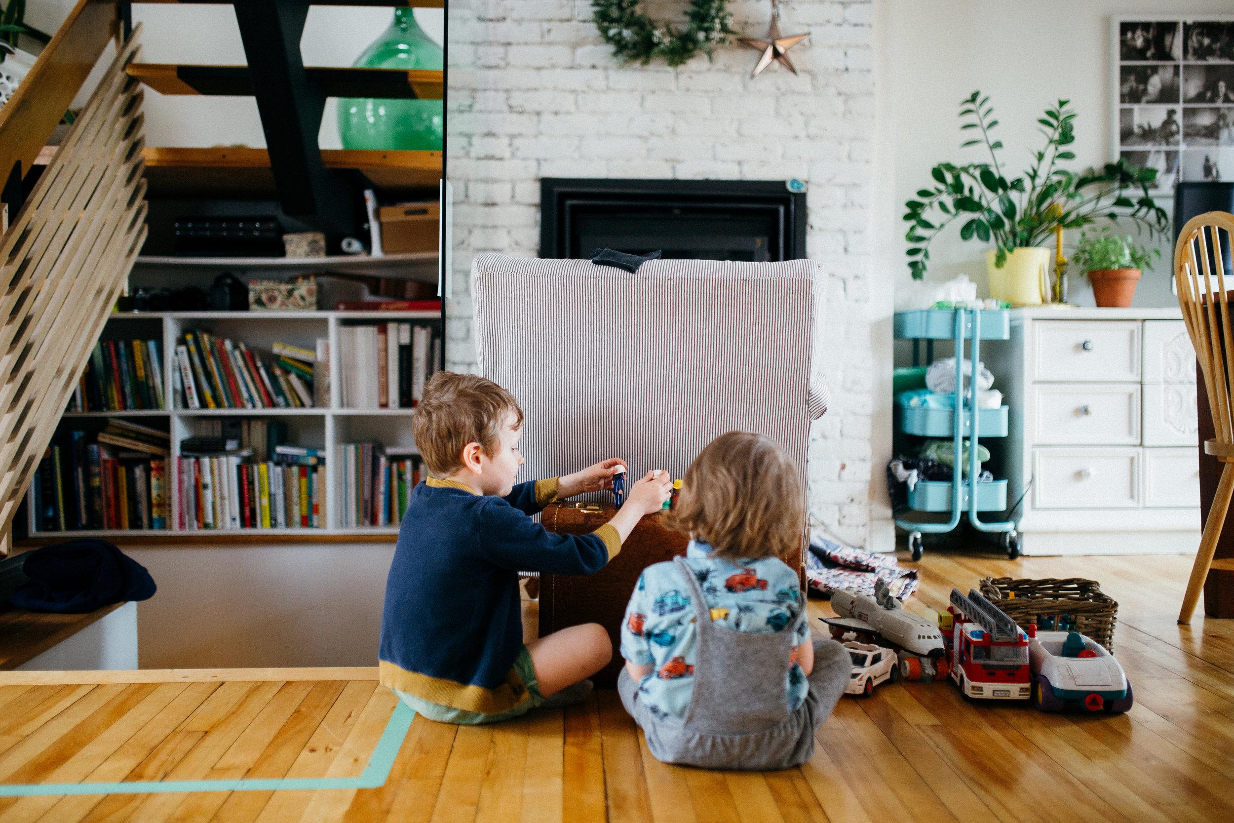 Paul et sa poupée en porte-bébé. Un jeu qu'il affectionne beaucoup depuis très longtemps. Un jeu tellement sain à mon sens!
