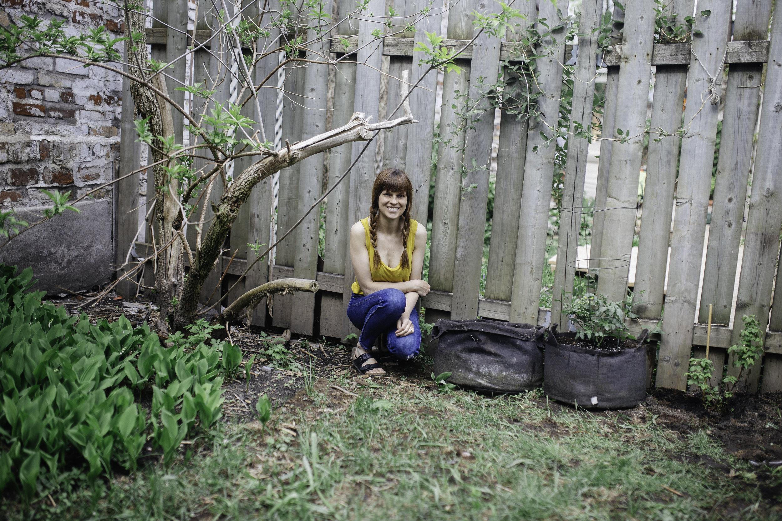 Quand Paul prend des photos de moi pendant qu'on plante nos légumes dans notre mini potager urbain <3