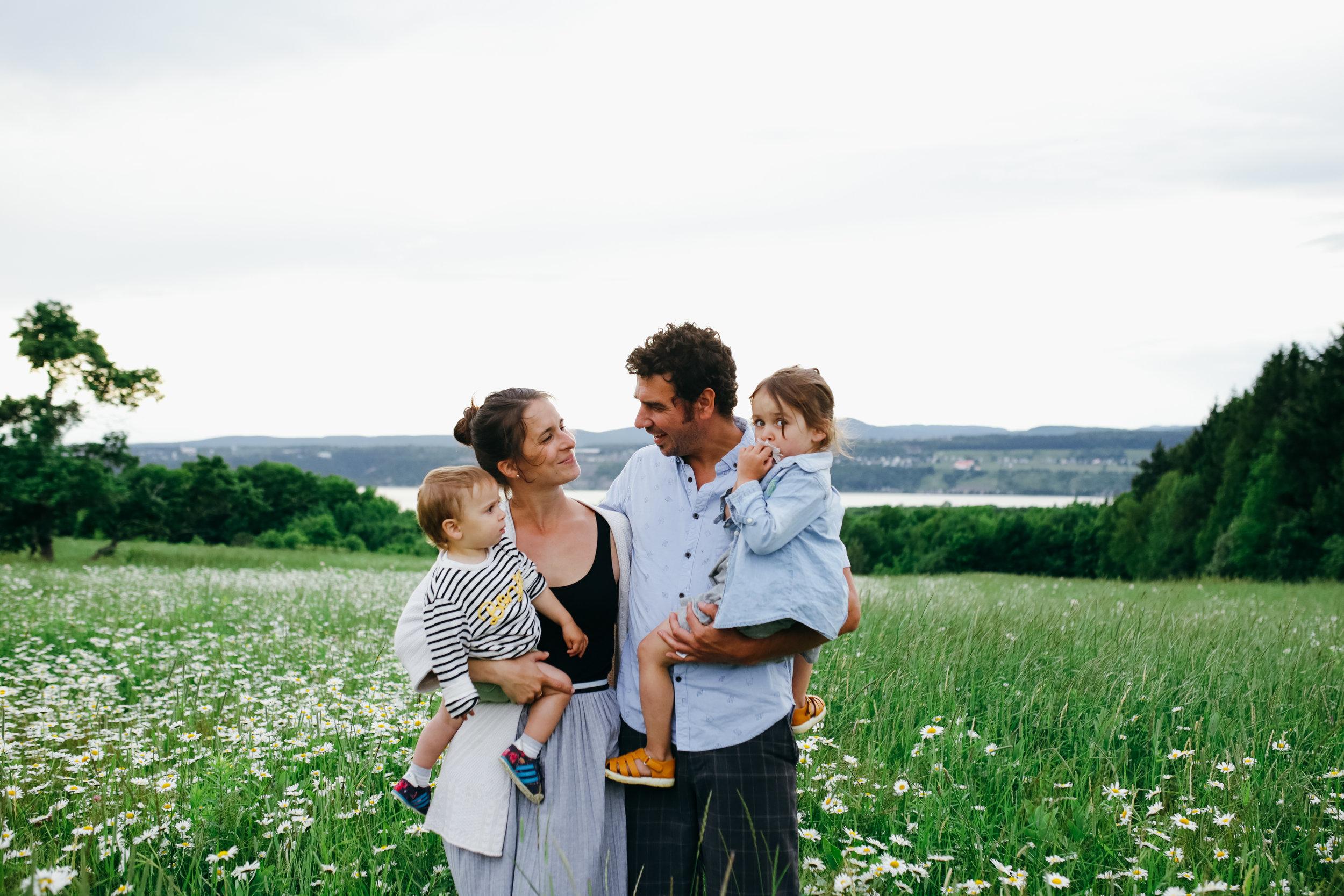 Définitivement un « must » pour une vie de famille plus consciente et bienveillante. - Le programme Parentalité Empathique permet de pousser notre réflexion et notre introspection sur notre type de parentalité et sur ce qu'on souhaite pour notre vie de famille. Trucs concrets, des images fortes et des exercices à mettre en pratique nous permettant d'évoluer vers une parentalité plus satisfaisante, gratifiante, saine, plus douce aussi, tant pour l'enfant que pour le parent. Le programme sur plusieurs semaines aide à mieux ancrer les nouvelles habitudes, en faisant un petit rappel hebdomadaire de nos objectifs. Mon chum et moi avons décidé de faire le programme ensemble, puis chaque semaine ça apportait des discussions riches. C'est une bonne façon de s'épauler, de travailler en équipe afin de mettre en pratique les astuces suggérées par Elisabeth.- Ange