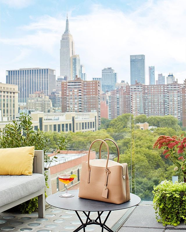 🍸Happy👛Hour🗽 #newworktsay x #KateSpadeNewYork for #ELLEJapan 📸 Great story about Nicola Glass's new vision for Kate Spade ✨ From a secret rooftop bar with excellent architectural views #empirestateofmind #zahahadid