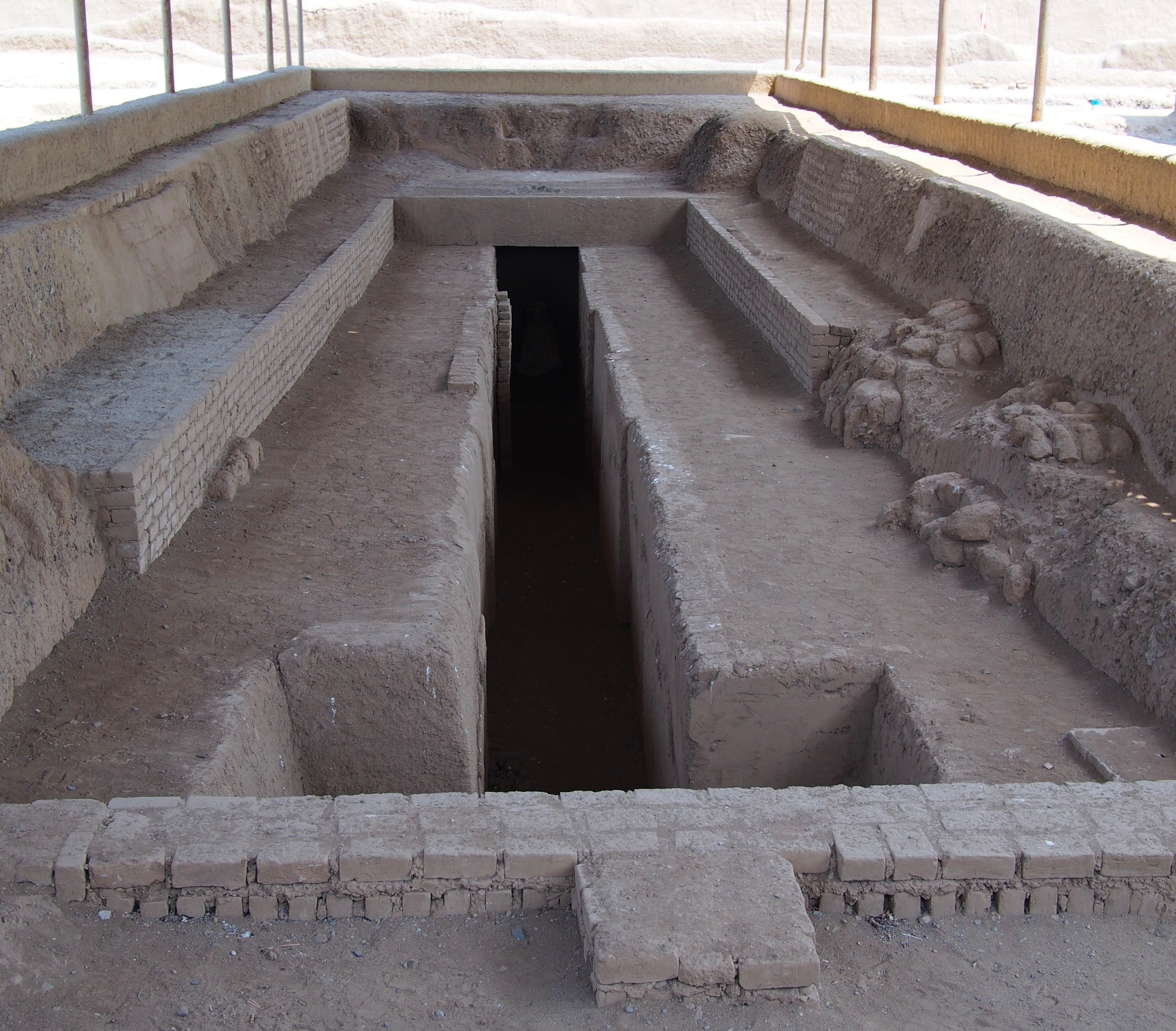 The King was buried - usually sitting up - in the pit, around which his retinue was buried