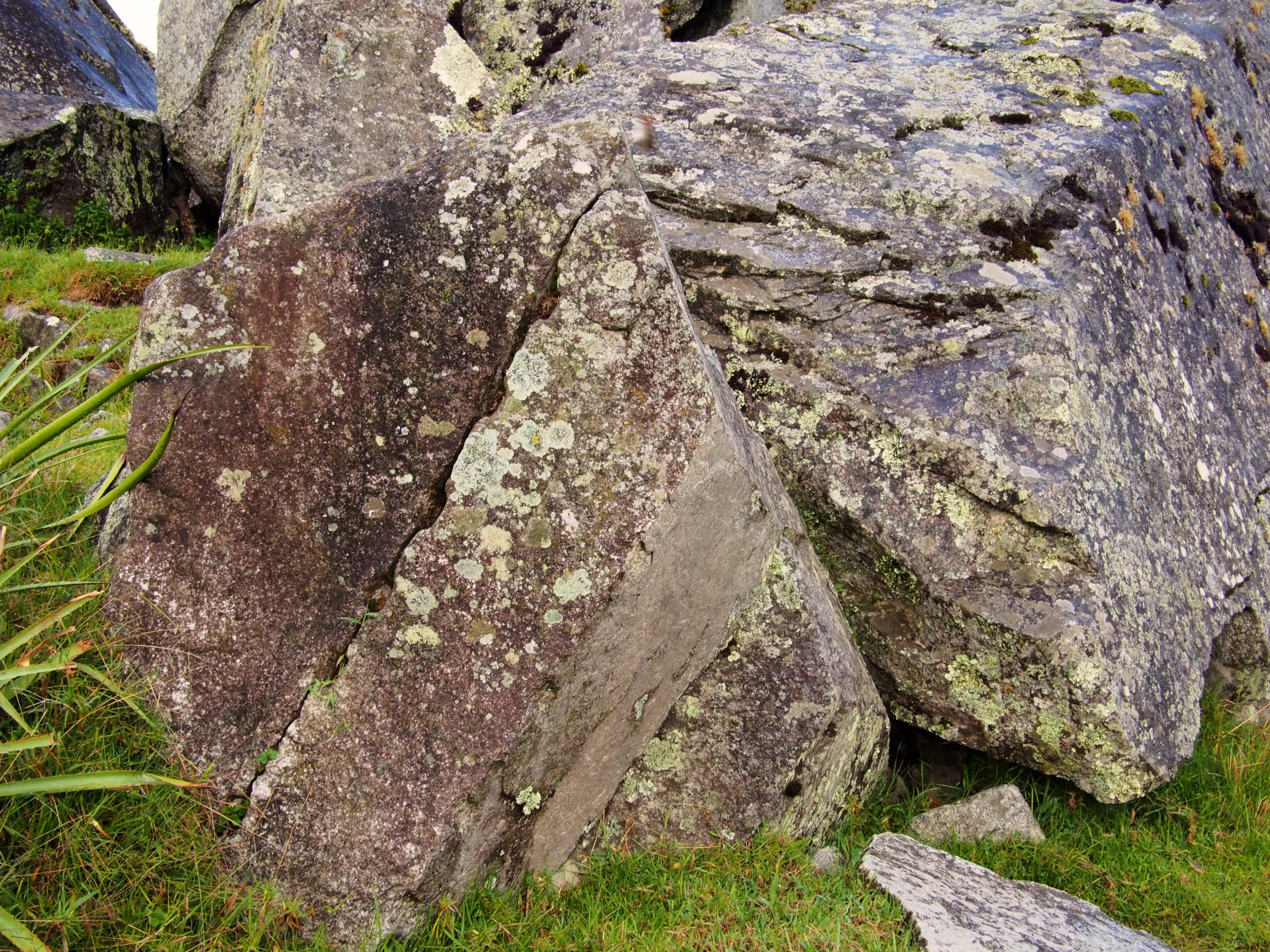 How the Incas split rocks (drilled holes, placed pieces of wood then poured water over it)