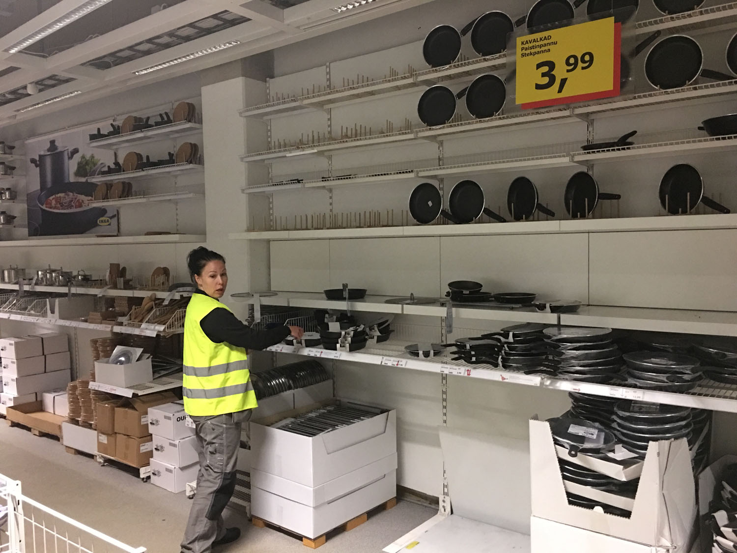 Before: one item has been sold out completely on the frying pan section during the weekend and the existing rest of the display is also mixed up. Just to be sure, the location is pointed to me by another visual merchandiser at IKEA Espoo.