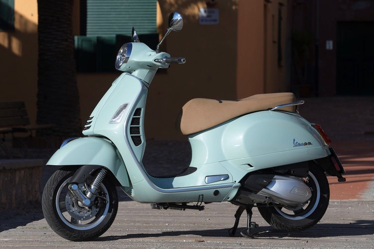 2020-Vespa-GTS-300-HPE-Review-scooter-3.jpg