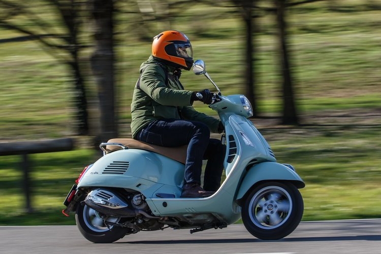 2020-Vespa-GTS-300-HPE-Review-scooter-4.jpg
