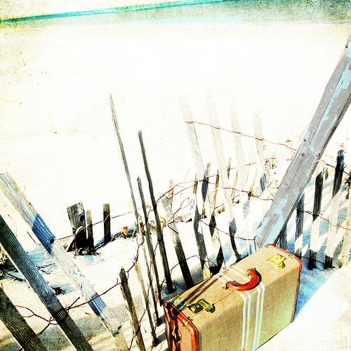 8+suitcase+at+beach+via+bluebirdsandteapots.jpg