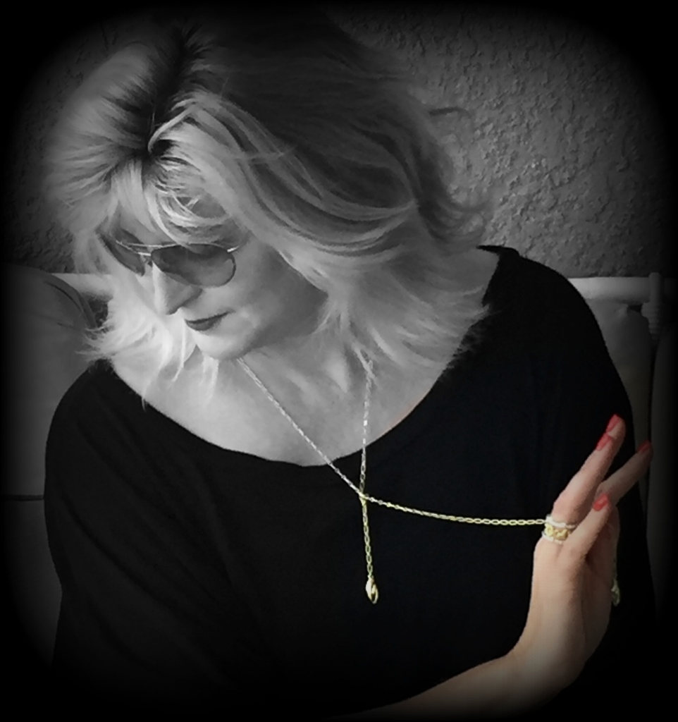 style maniac wears REALM lariat necklace