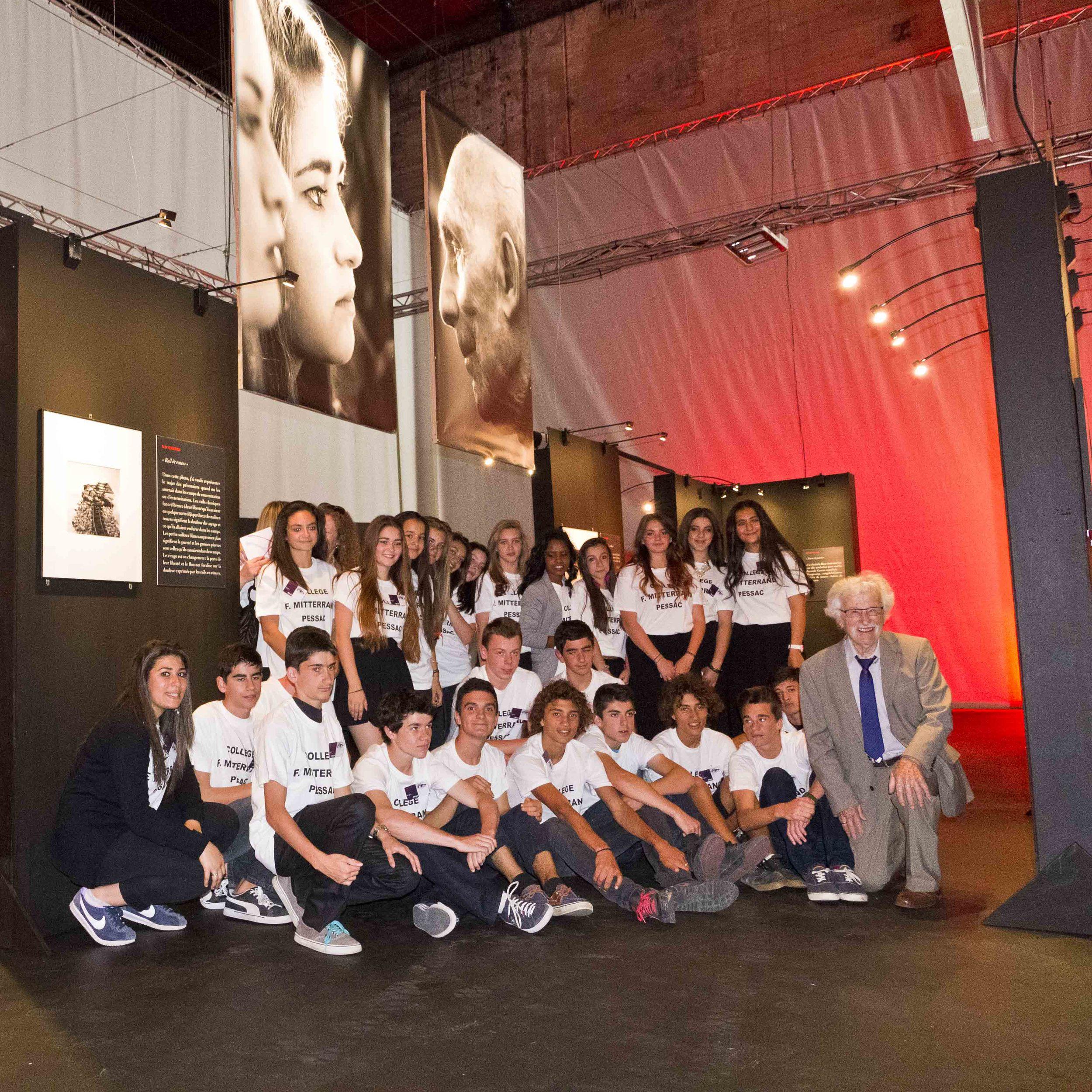 Monsieur Laborde, engagé dans les Forces Françaises Libres, et les élèves de 3e 1 du collège F. Mitterrand de Pessac au coeur de leur exposition.
