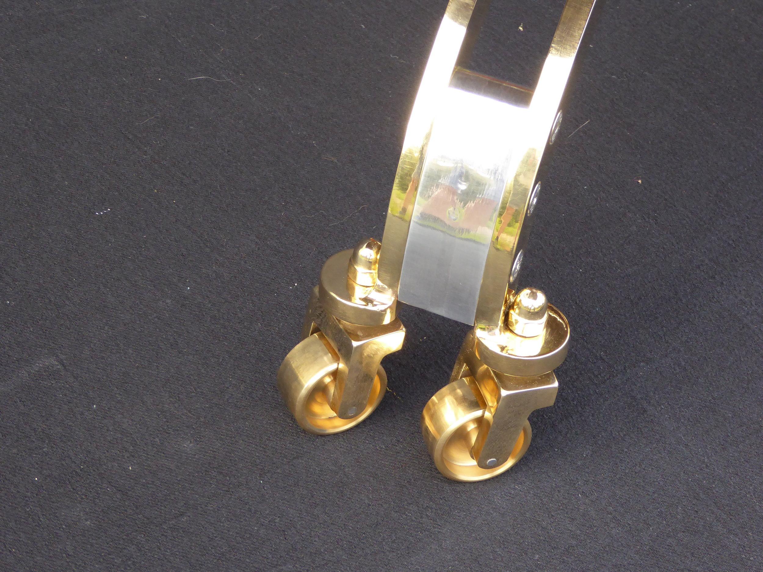 Riunióne desk chair wheel detail in brass