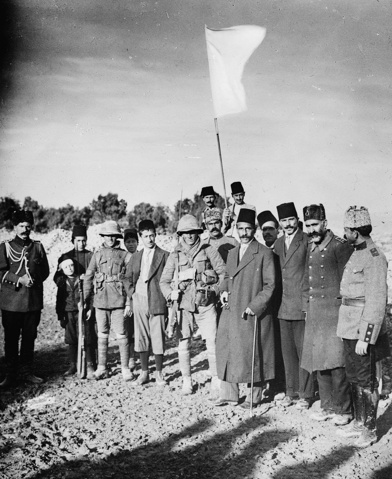 Borgarmeister Husayn Salim al-Husayni,i midten med frakk, bart og fes,overgjev Jerusalem etter 401 år med osmansk styre til britiske styrkar morgonen 9. desember 1917 (Foto: LoC)