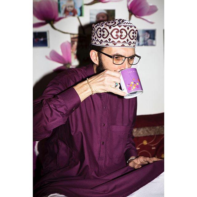Un imam pas comme les autres Homosexuel, musulman, docteur en sciences humaines et sociales, Ludovic-Mohamed Zahed est le premier imam à s'être marié à un homme. Il est aussi celui qui a ouvert la première mosquée inclusive de France. @vice_france @_leilachik