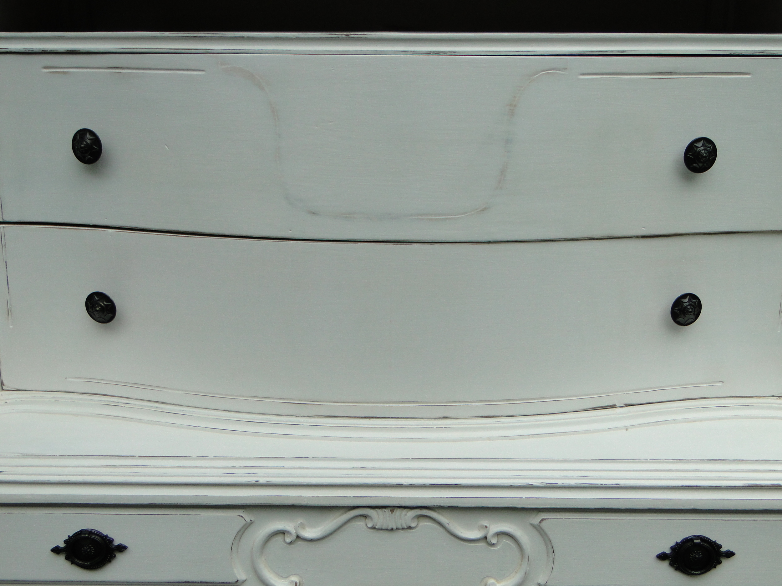 Detail on curved drawers on upper section