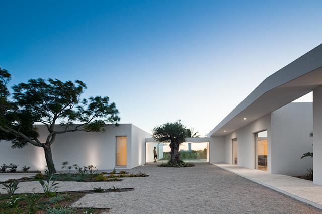 House-in-Tavira-by-Vitor-Vilhena-Modern-Homes-1.jpg