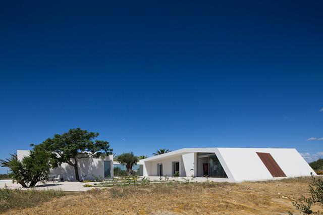 House-in-Tavira-by-Vitor-Vilhena-Modern-Homes-7.jpg