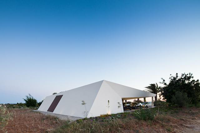 House-in-Tavira-by-Vitor-Vilhena-Modern-Homes-6.jpg