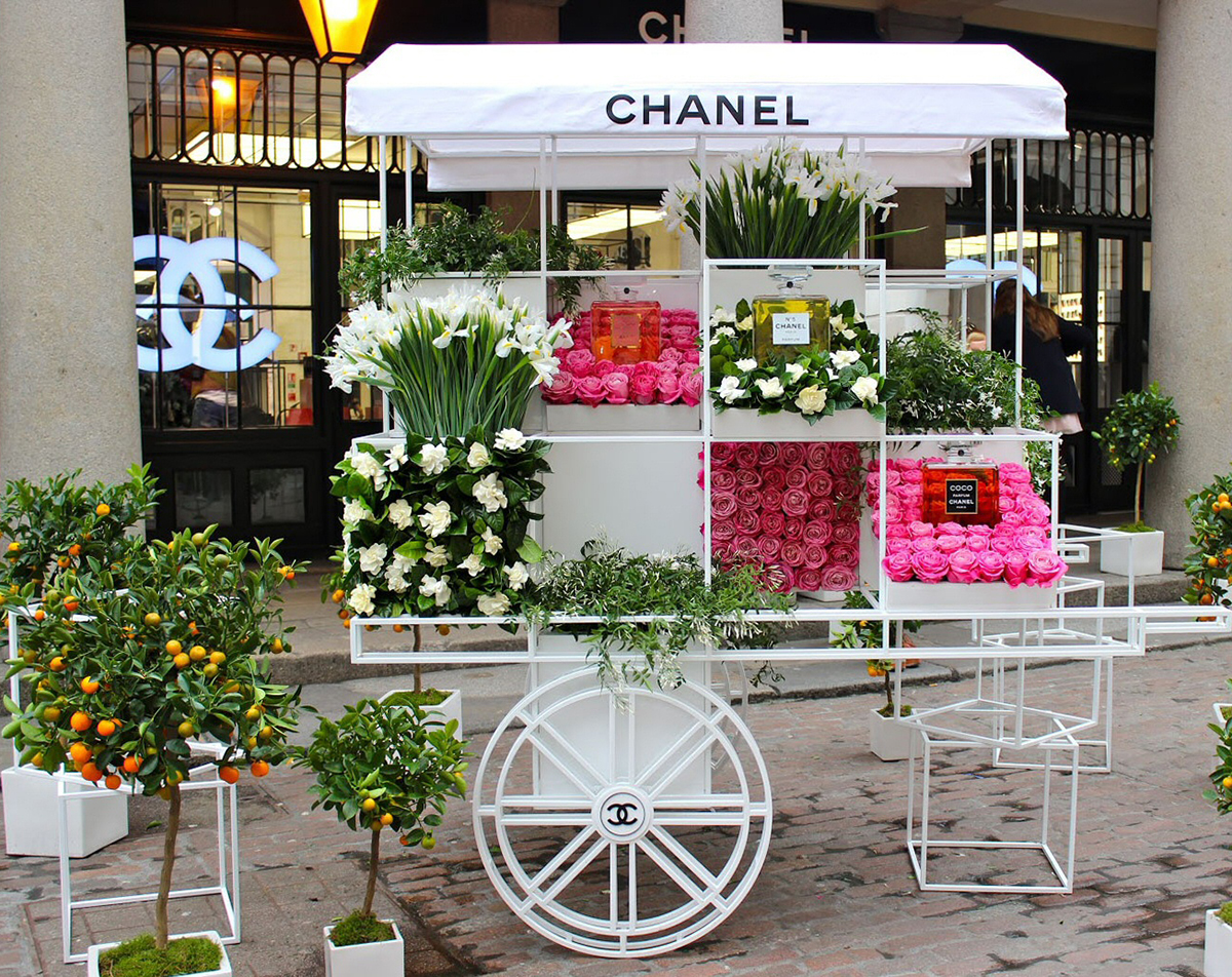 Big company - small cart! Even large fashion houses, such as  Chanel , understands the importance of being mobile.