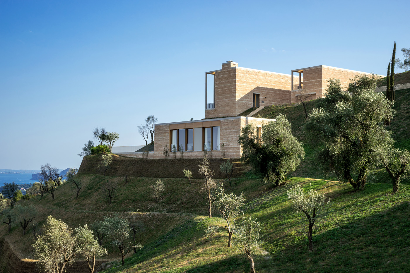 David Chipperfield erects pillared villa on the western shores of Lake Garda