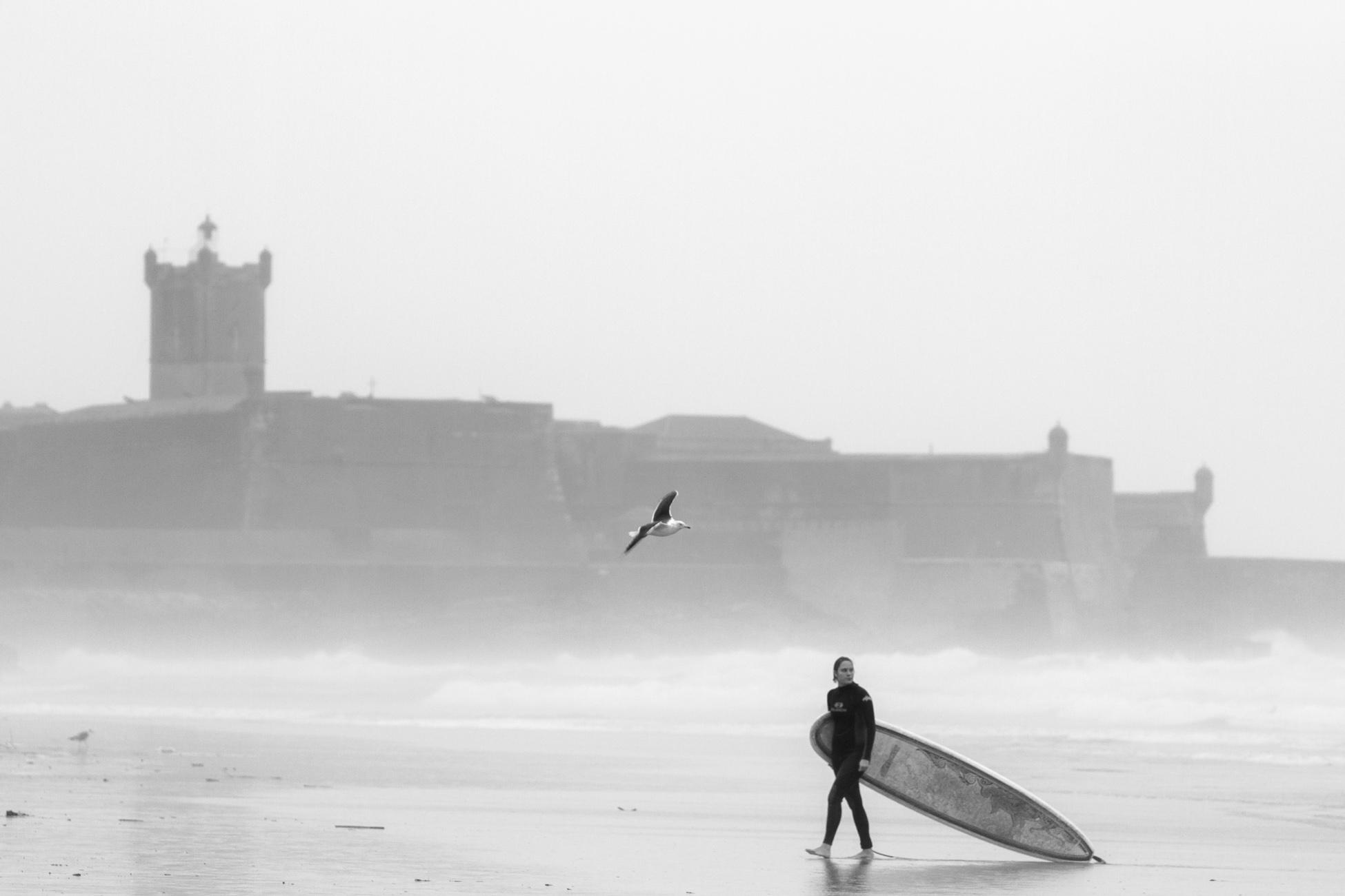 Gonçalo Barriga Photographer - Surfer girl on the beach