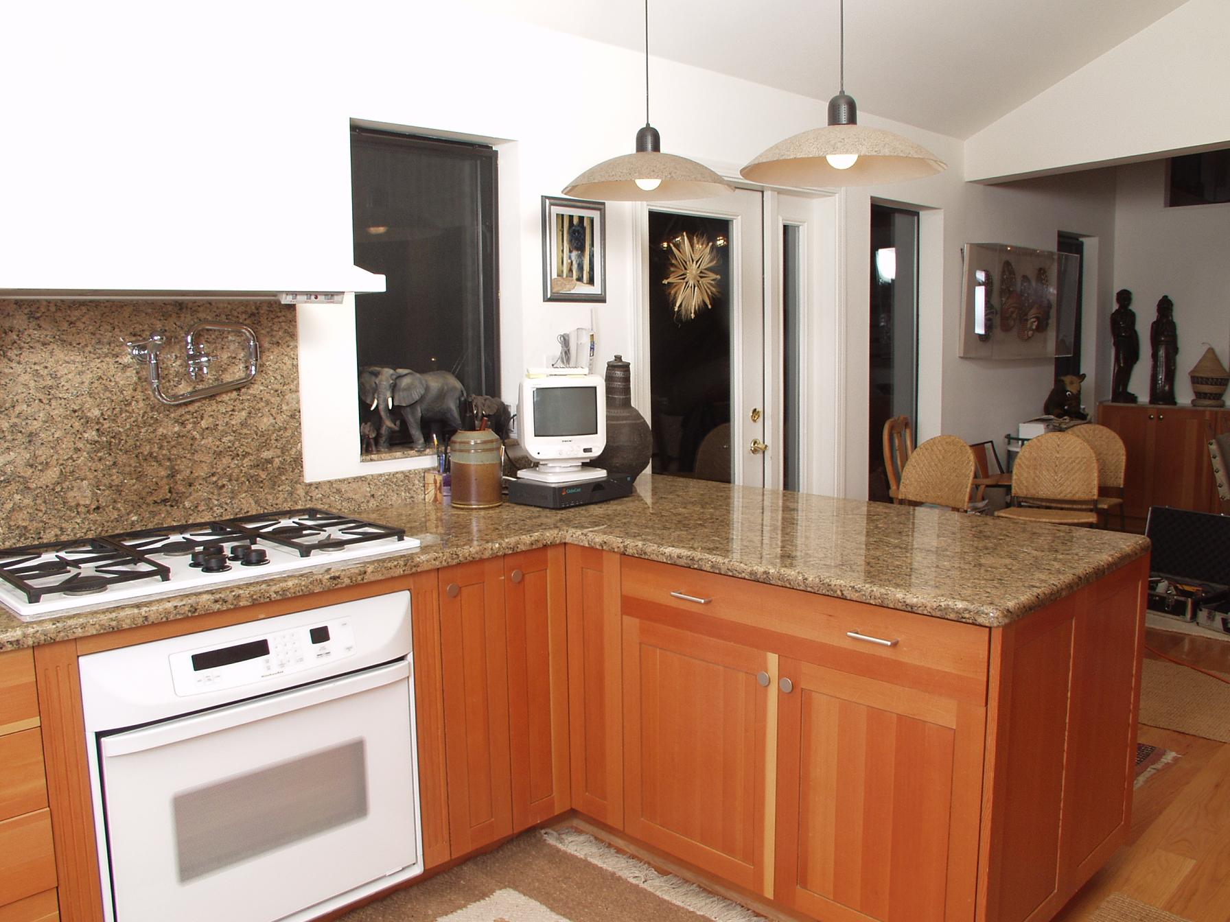 kitchen in giallo veneziano oven.JPG