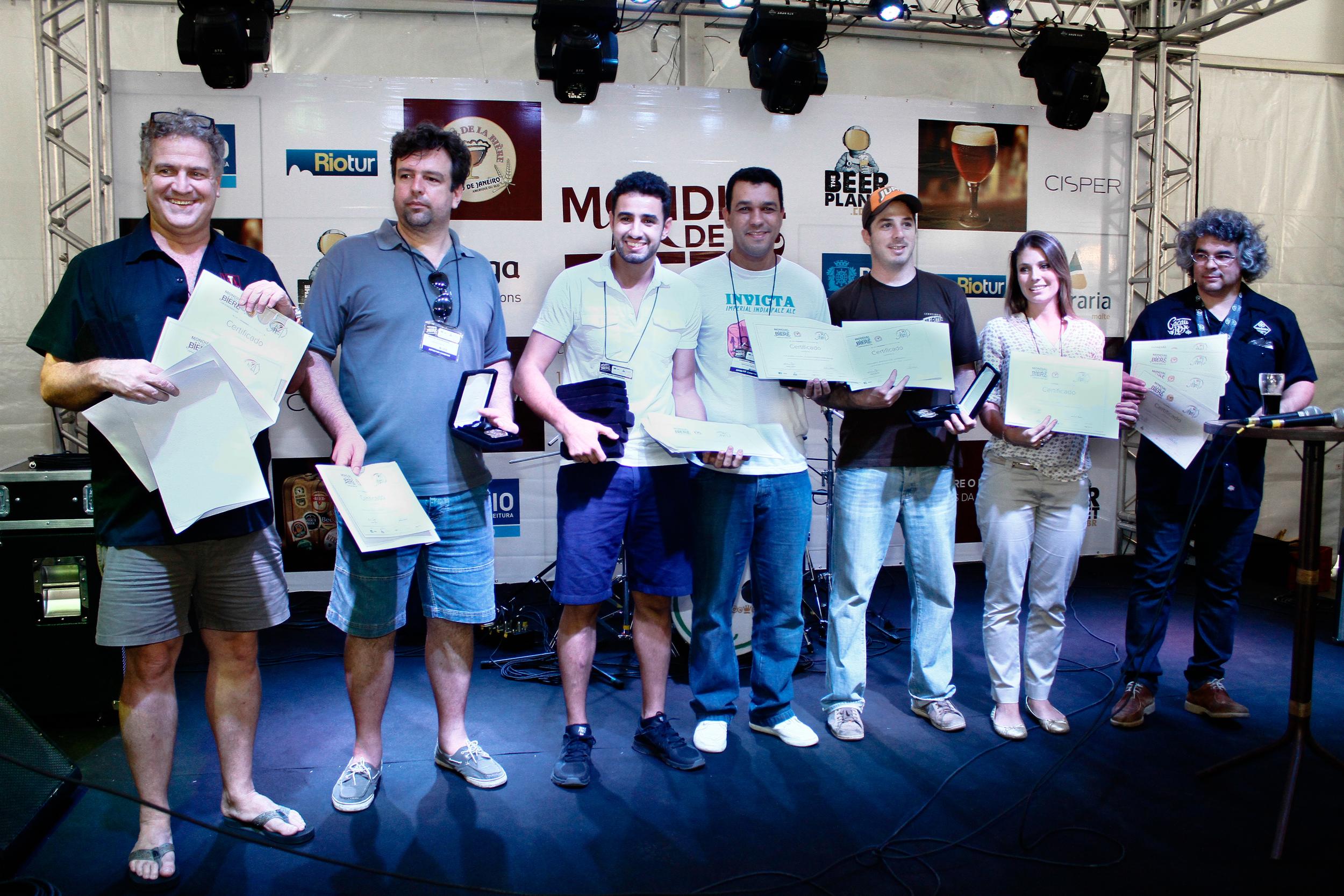 MBeer Constest Brazil consagrou a Wäls (3º a partir da esq.), a  Colorado (1º à esq.)e a Bodebrown (1º à dir.) no Mondial de La Bière. (Foto: Divulgação)