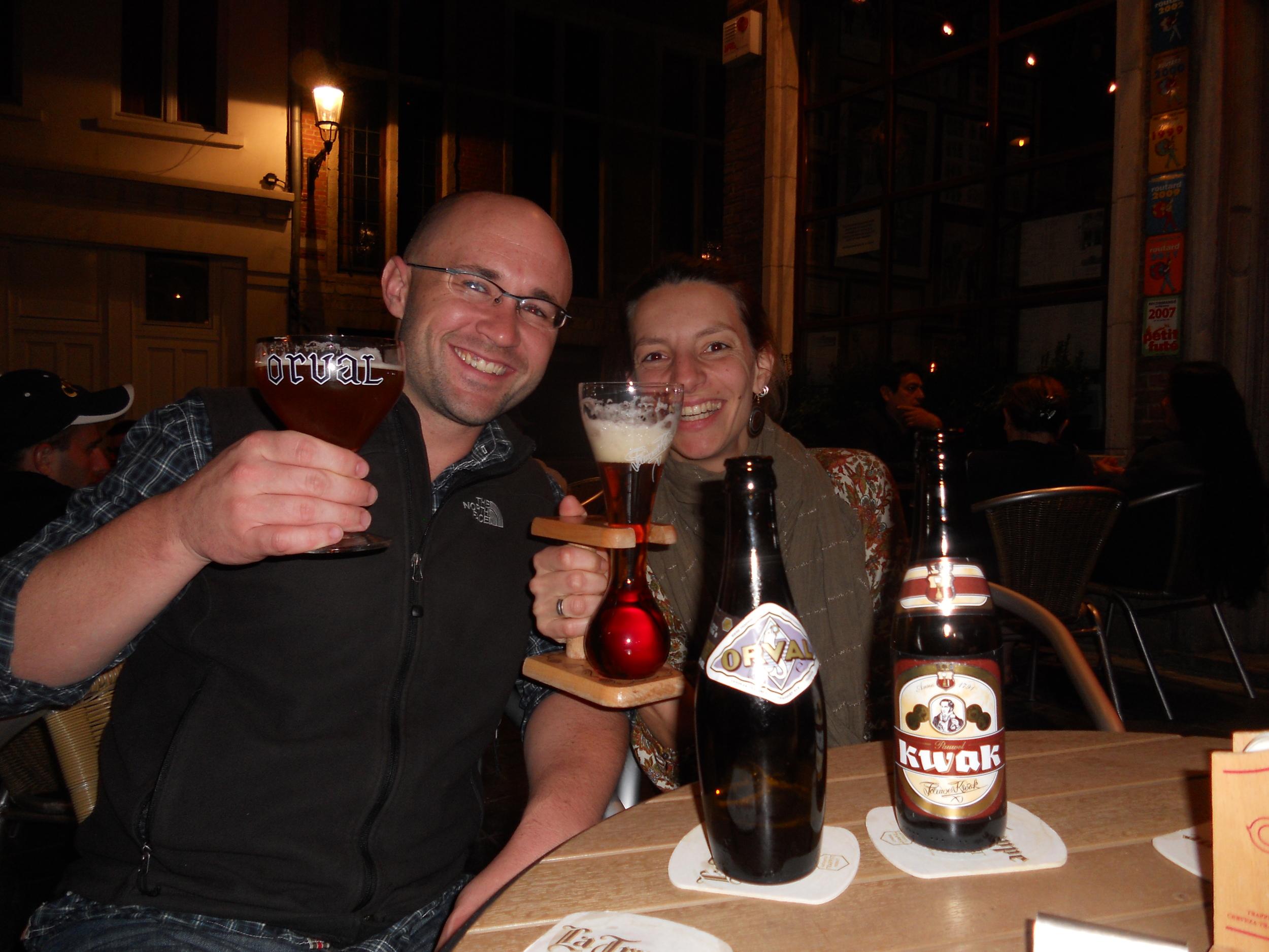 Robert e Fernanda pesquisando e degustando cerveja na Bélgica (Foto: Arquivo Pessoal)