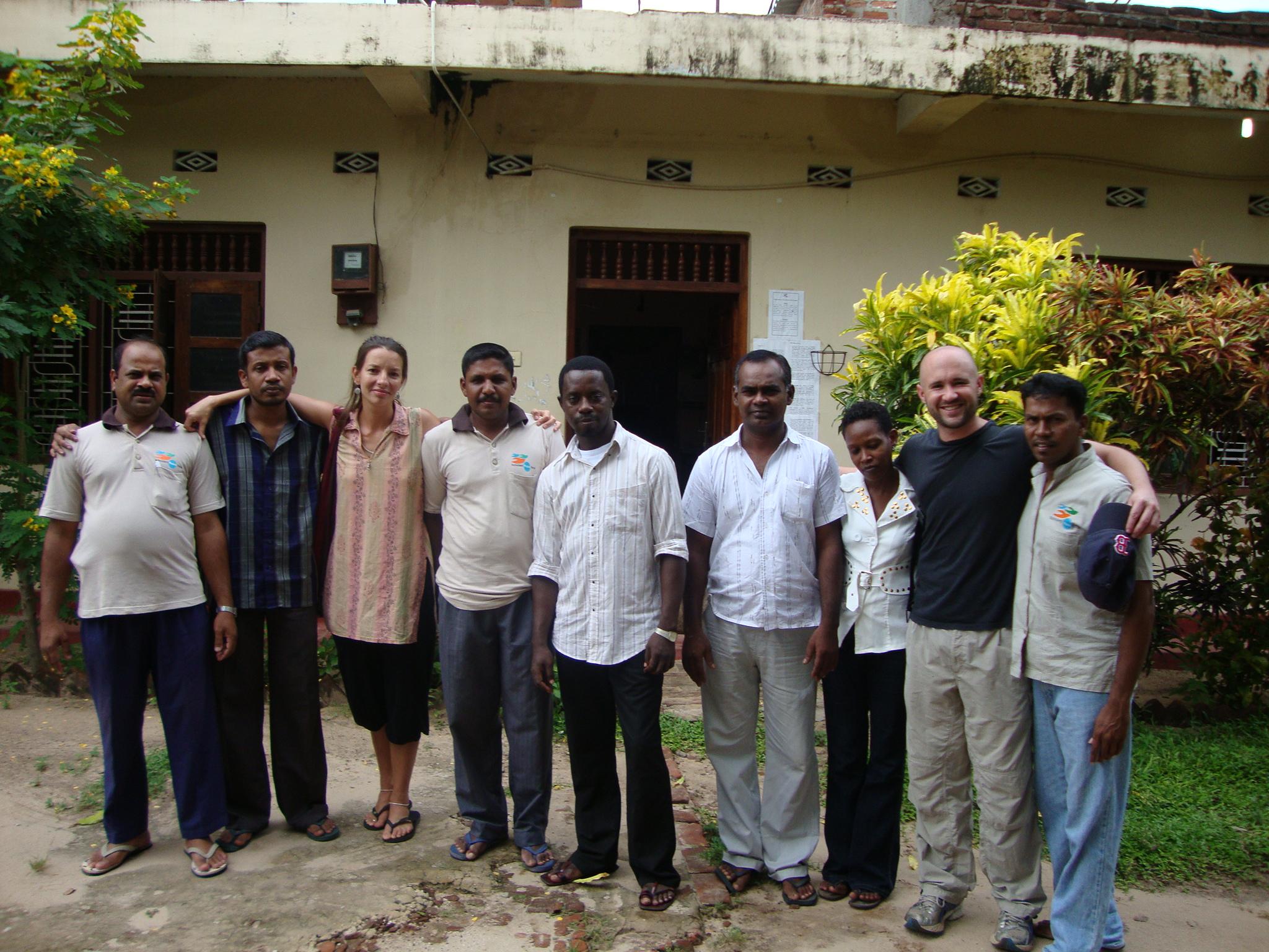 Fernanda e Robert com o grupo de trabalho do Sri Lanka - Proteção Civil com a ONG Nonviolent Peaceforce (Foto: Arquivo Pessoal)